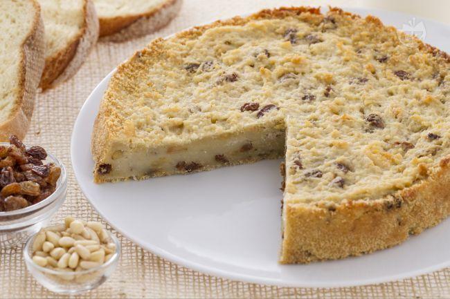 La torta di pane è un dolce semplice, della tradizione povera ma molto buono, fatta con pane raffermo, pinoli e uvetta.
