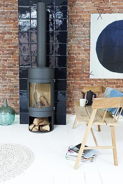 Achterwand houtkachel van glanzend grof gebakken tegels VT Wonen tegelcollectie #tegels #interieur: