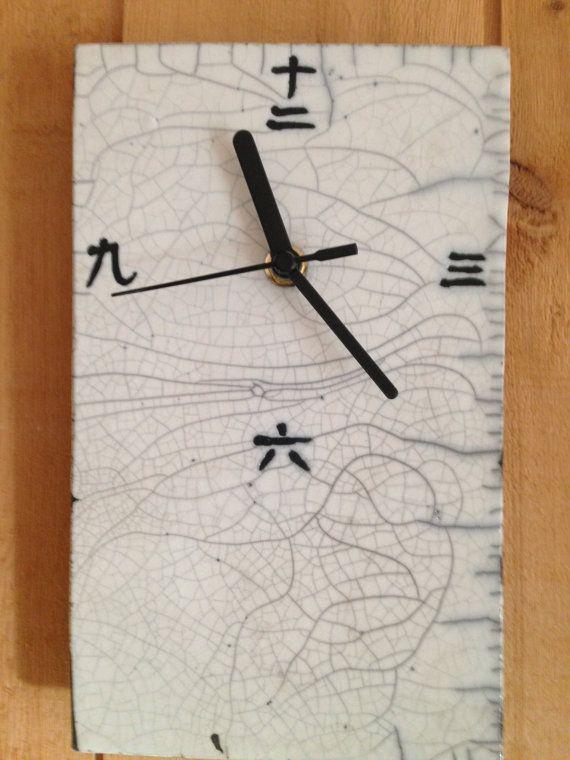 Vous recherchez une horloge originale ? En voici une, faite en céramique raku, avec des idéogrammes japonais pour les 4 principaux nombres !  Elle