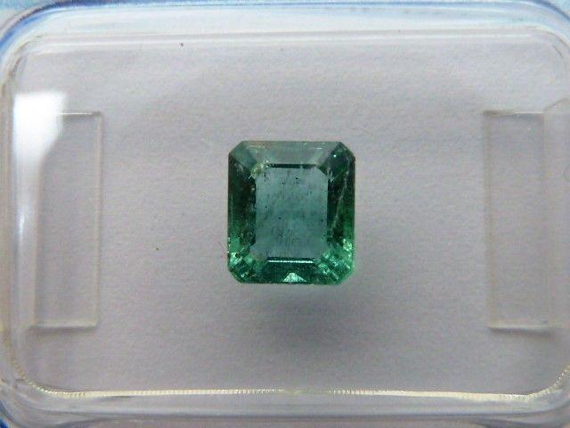 Smaragd - 085 ct  Soorten: Beryl.Verscheidenheid: Emerald.Vorm: Emerald cut.Gewicht: 085 ct.Afmetingen: 6.08 x 543 x 3.26 mm.Kleur: Blauwachtig groen.Transparantie: Transparant.Oorsprong: Zambia.Kenmerken: Natuurlijke opname (s) patroon.Opmerkingen: verbeterd. Natuurlijke diamanten zijn vaak verbeterde (transparantie van scheuren).-------------------------------------------------- ---------------Verzending: Ingeschreven bij tracking nummer.  EUR 20.00  Meer informatie