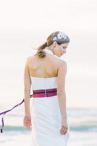 schlichtes langes Brautkleid mit Neckholder, mit Pusteblumen bestickt und mit breitem Gürtel in Violett und Beere (www.noni-mode.de - Foto: Le Hai Linh)