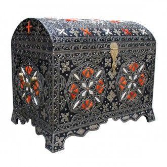 """Reduziert: Orientalische Truhe aus Marokko """"Kenz"""". Meisterhaft und geschmacksvoll ist diese orientalische Truhe aus massivem Holz gefertigt. Aufwendig wurde eine Silberschicht -Edelmetall/ Maychort- zur Teil-Verkleidung des Holzes filigran verarbeitet. Eine dunkle Patina, die ungleichmäßig aufgetragen wird, gibt der Oberfläche den Perfekten Reliefeffekt. Zusätzlich verzieren Ornamente aus präparierten Knochen sowie Nieten aus Metall das Äußere."""