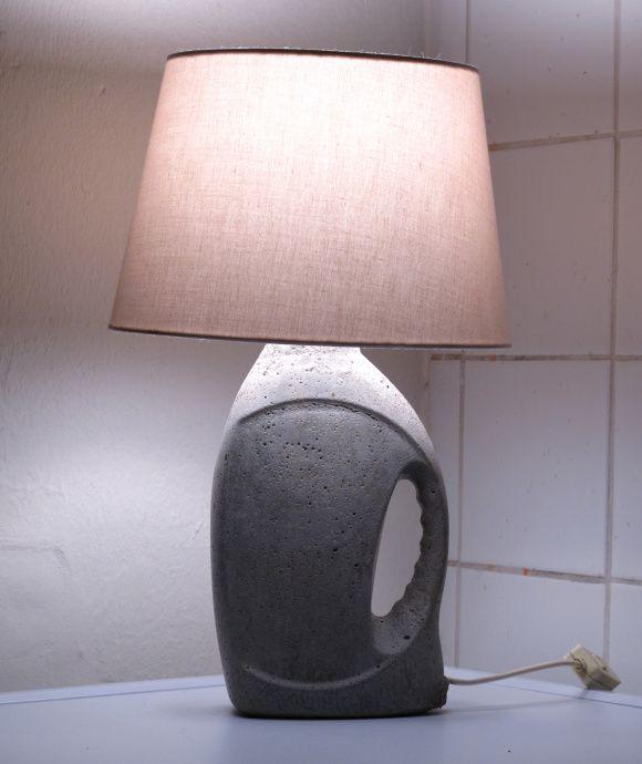 DIY-Designlampe aus alten Plastikflaschen, Kabelöffnungen mit Strohhalmen o.ä.