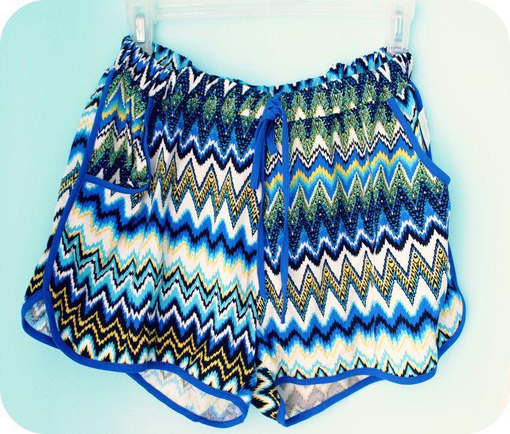 Short con estampado en color azul, verde y amarillo.