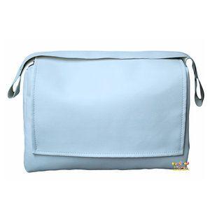Stijlvolle, blauwe luiertas met handige flap en rits gemaakt van zacht kunstleer. De luiertas heeft een afmeting van 40x28x16