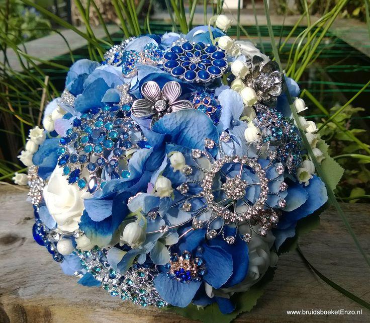 Broches Bruidsboeket met zijden blauwe hortensia en Lelietje van Daalen. Gemaakt door Bruidsboeket & Zo. Vraag naar de vele mogelijkeden.