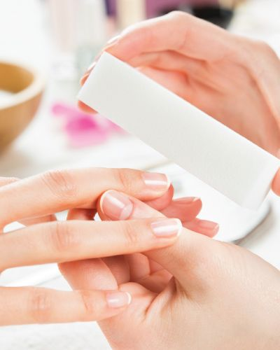 Spamanikyr er en velværende behandling som vil settes pris på som morsdagsgave. Huden på hendene etterlates deilig og myk etter både skrubb og massasje. Det avsluttes med en god håndkrem.