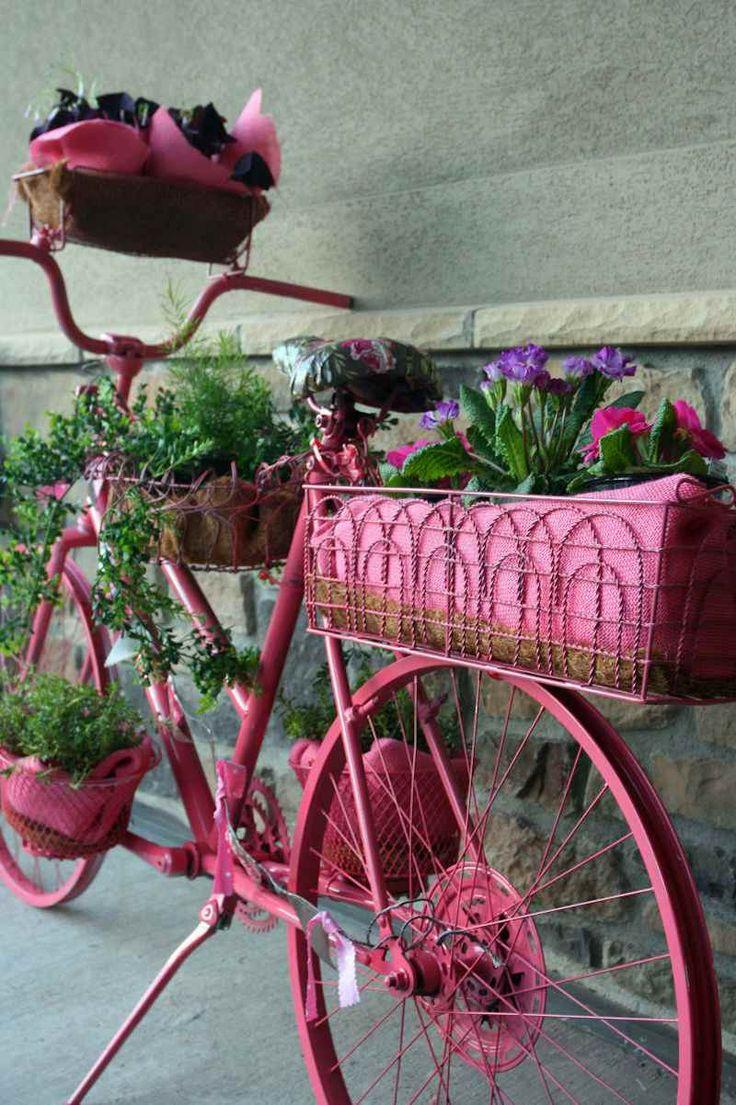décoration en objets de récupération pour la terrasse / le jardin- vélo peint rose comme porte-pots