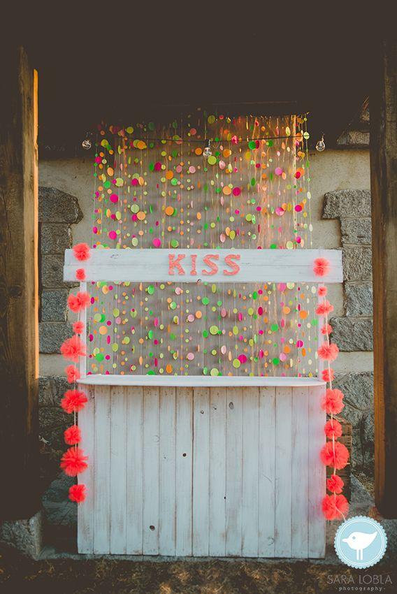 RUSTIC NEON WEDDING  Kissing photo booth. Confetti neon garlands backdrop.  Photography: Sara Lobla  www.saralobla.com