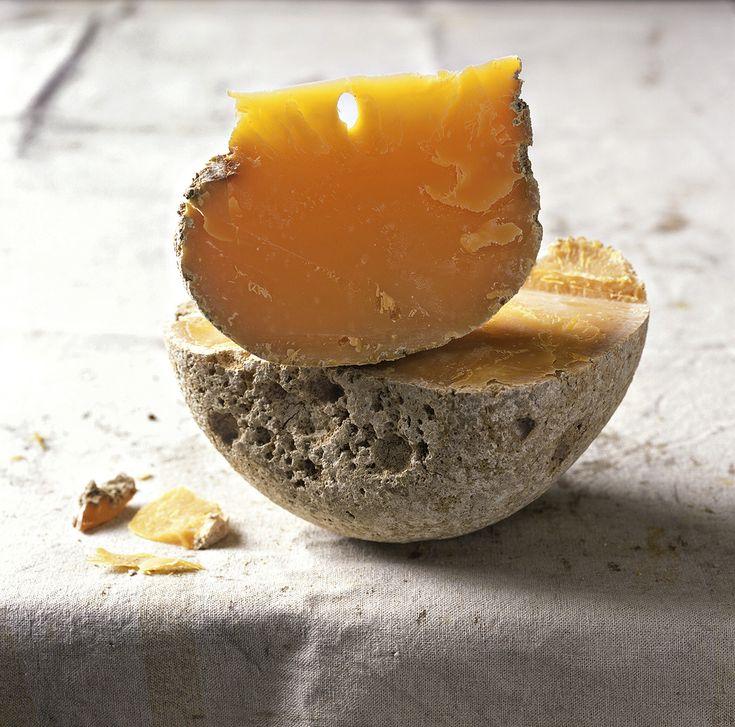 Ce fromage franco-hollandais donne de la couleur et du caractère à nos plats. Nous aimons son grand âge mais abrégeons vite son existence …