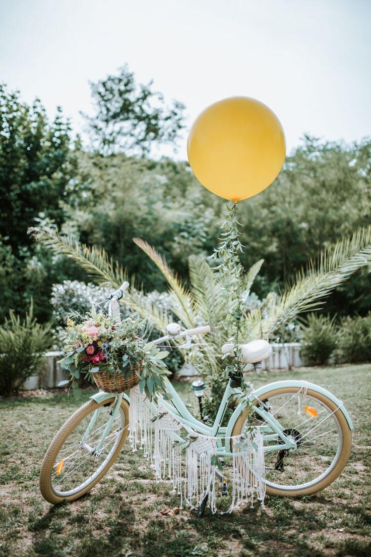 Un panier fleuri bohème sur le velo de la mariée
