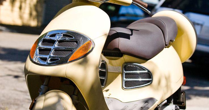 Como abrir o assento de uma Vino Scooter. A Yamaha Vino Scooter é um modelo retrô com motor de quatro tempos, forquilha dianteira telescópica e freio dianteiro a disco. Além disso, ela faz cerca de 154 km a cada 3,78 litros e tem tecnologia de redução de poluição. Uma das suas maiores características é o seu grande assento, que acomoda duas pessoas e tem um bom espaço de armazenamento sob ...