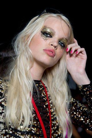 Saca tu lado glitter con un maquillaje donde la purpurina sea la principal protagonista. Combina la purpurina dorada con un ojo marcado en eyeliner negro y no tengas miedo al exceso (de eso se trata). Como toque final, apuesta por una uñas en colores neón, como pudimos ver en el desfile de DSquared.