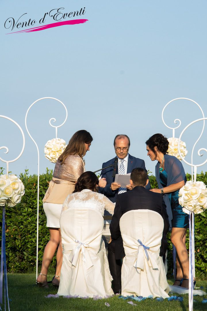 A romantic ceremony! Decoration with balls of paper flowers!