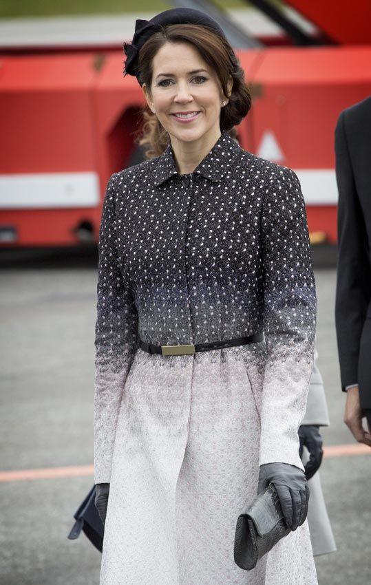 Para esta ocasión            La princesa Mary con  un estiloso look compuesto por un abrigo bicolor blanco y negro con cinturón