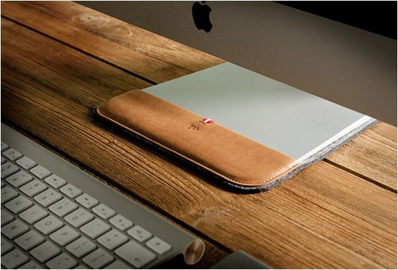 IMAC SLIPPER | BY HARD GRAFT Another product with a special twist by Austrian craftsmen Hard Graft. The iMac Slipper is a cover for the base of your iMac, perfect for those who are obsessed with details. Besides looking really smart, the Imac slipper protects your desk from scratches. Despite it´s name, the iMac Slipper is not only compatible with iMacs of 24 and 27 inches, as well as with Apple Cinema Displays.