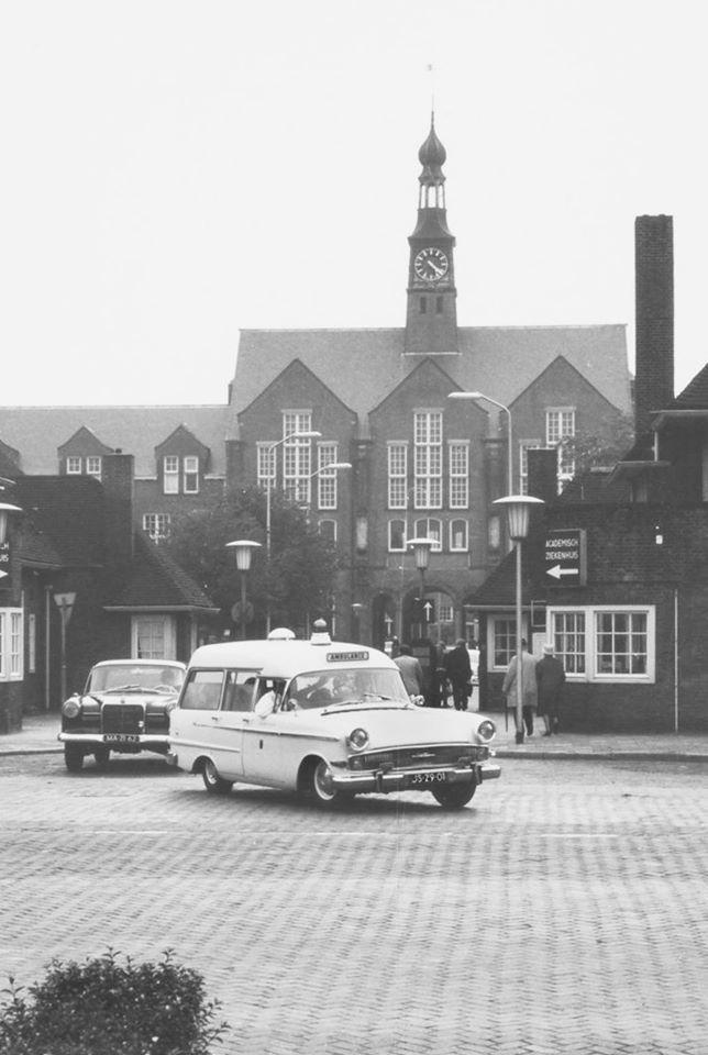 Ingang van het Academisch Ziekenhuis aan de Rijnsburgerweg (ca 1960).