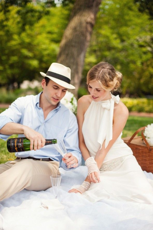 Vintage 20s theme styled shoot picnic in the park