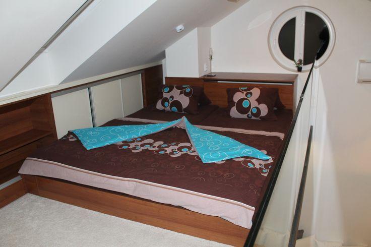 Velká romantická postel s francouzským oknem.