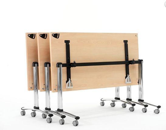 MESA HIPUP Una estructura de acero cromado, liviana y pura, se presenta como soporte para sistemas de salas de clase o capacitación. Mesas abatibles dotadas de ruedas con bloqueo, para utilizar en las más variadas ocasiones. Fácilmente apilables y reutilizables, unen a la flexibilidad todo el confort y la solidez de una mesa fija normal.