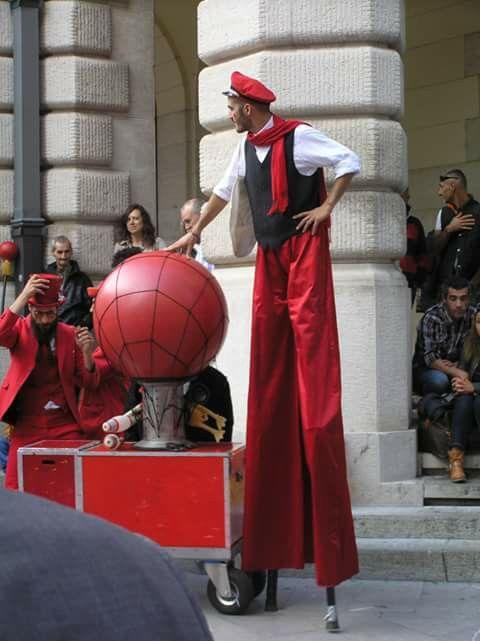 Artisti di strada in rosso... By Laura Paviotti Ferrini