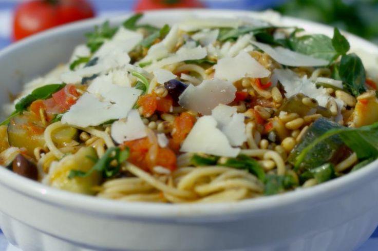 Je hoeft niet te kunnen koken om te kunnen koken. Zo eenvoudig is deze pasta! Volgens Jeroen worden de spaghettislierten vlotjes naar binnen geslurpt. Met een handvol ingrediënten kook je een saus met alleen maar zuivere smaken. Jeroen geeft de voorzet, want deze eenvoudige pastasaus kan je aanvullen met allerhande ingrediënten die je zelf lekker vindt. Hou het smaakvol vegetarisch of voeg wat vlees toe als je daar de behoefte aan hebt.