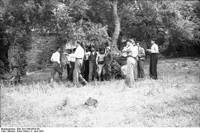 """[...] Και στο Κοντομαρί της Κρήτης, στις δυόμισι το μεσημέρι της 2 Ιουνίου 1941, χωρίς περιστροφές, οι κατακτητές υποχρέωσαν τα παληκάρια να σηκωθούν, να συνταχτούν και ν' ακουμπήσουν στις ελιές. Στους τόπους εκείνους που τόσες φορές ξαπόστασαν τις μέρες της ειρήνης (Βλ. Βάσος Π. Μαθιόπουλος, Εικόνες Κατοχής, Φωτογραφικές μαρτυρίες από τα γερμανικά αρχεία για την ηρωική αντίσταση του ελληνικού λαού, εκδόσεις """"Τα Νέα"""", σελ. 181)."""