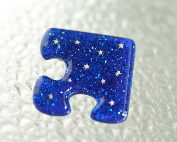 パズルの形のレジンブローチです。中には星の砂が入っています。海の底に広がる星空をイメージして作りました。※前回販売した物(http://www.creema....|ハンドメイド、手作り、手仕事品の通販・販売・購入ならCreema。