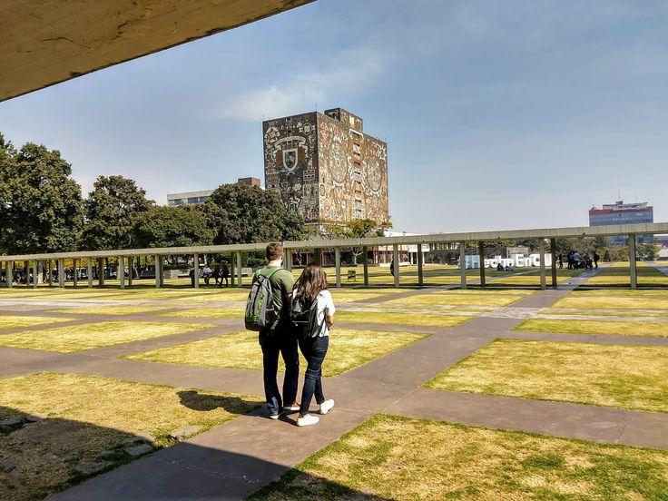 En la plaza principal de la Universidad Autónoma de México.