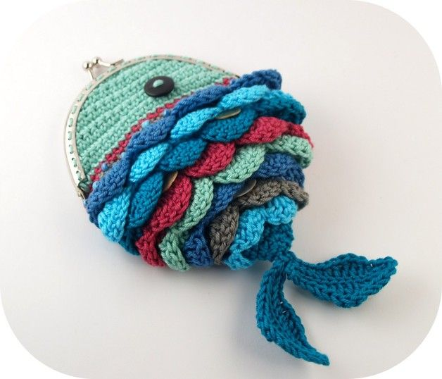 Häkelanleitung für eine Geldbörse in Form vom Regenbogenfisch / diy crochet instruction: little purse in shape of a rainbow fish by mimameidana via DaWanda.com