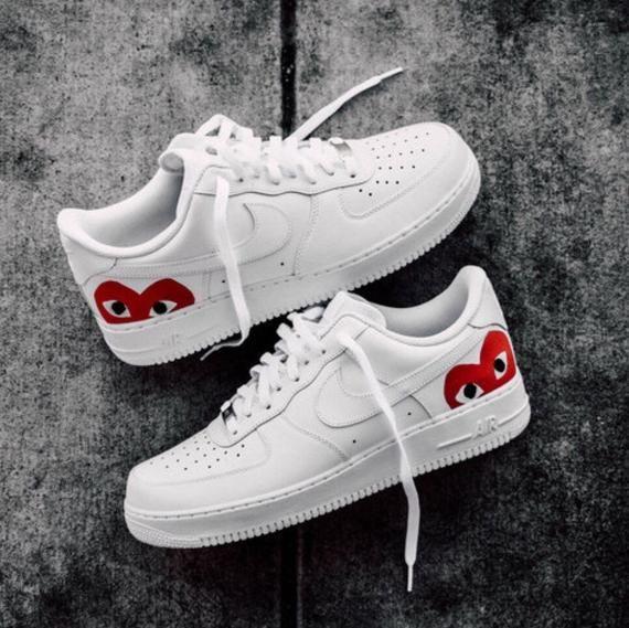 Dit is een paar aangepaste Nike Air Force 1s, met een ...