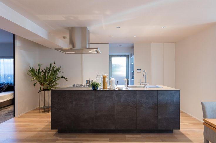 キッチンは住まいにおいて最も散らかりがちな空間ですよね。片付けても片付けてもキッチンに物が溢れている、散らかっている、どこに仕舞えばいいのかすら分からない…。そんなお悩みは多いと思います。時にはあえて「見せる」ことでデザインとしてかっこよくなる収納もありますが、私たちはキッチンには「見えない」収納でいかにキッチンを美しくみせるかを追求しています。食器から家電から調味料まで、全てを見えない収納に隠すことが、キッチンを美しくみせる秘訣です。「見えない収納」をどうやってキッチンに取り込み、どうすればキッチンが美しくなるのか、ご紹介します。 壁面一体型で空間に溶け込ませる どこが収納か分からないほど壁に一体となったキッチン収納。見えない収納の究極のかたちです。 キッチン本体と同じ面材でデザインすることで、違和感なく空間に溶け込みます。 床から天井までの高さのある壁面収納。まるで壁面にパネルが貼られているかのようなデザインになり、見た目も美しくなります。キッチンの全ての物が壁面に収納されます。 ブラックガラスの扉で中身が見えないようにする 扉の開け閉めが少ない引き戸タイプの...
