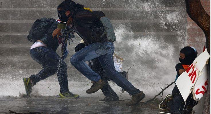 Αντικυβερνητικοί διαδηλωτές τρέχουν μακριά από το κανόνι νερού της αστυνομίας, κατά τη διάρκεια των επεισοδίων στο Καράκας. Σύμφωνα με τις αρχές, την Τετάρτη συνελήφθη ένας δήμαρχος της αντιπολίτευσης με την κατηγορία ότι υποδαύλιζε τις βίαιες διαδηλώσεις, ενώ ένας άλλος φυλακίστηκε για 10 μήνες, ως μία ύστατη προσπάθεια του Νικολάς Μαδούρο να αποσιωπήσει τους πολιτικούς αντιπάλους του. Το στιγμιότυπο απαθανάτισε ο φωτογράφος Μάρκο Μπέλο, για το πρακτορείο Reuters. @iefimerida