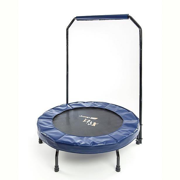 Jump up deluxe pro trampoline  Description: Het uitvoeren van oefeningen op de Jump Up trampoline verbetert jouw conditie stofwisseling en figuur. Vetverbranding blessurepreventie en stabilisatie van rug buik en bekken zijn eveneens belangrijke aspecten. Na de workout kun je bovendien trots op jezelf zijn: een heerlijk gevoel!Met de nieuwe Jump Up trampoline heb je meer zekerheid tijdens het springen dankzij het stevige en handige handvat!Tijdens het trampoline training spreek je meer dan…