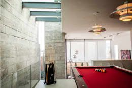 Billar: Salas multimedia de estilo moderno por GRUPO VOLTA