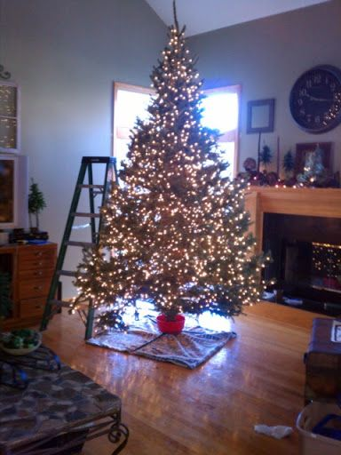 Glowing Christmas Tree Decorating Ideas and How-To Guide #Christmas tree, #how to guide, #string a tree
