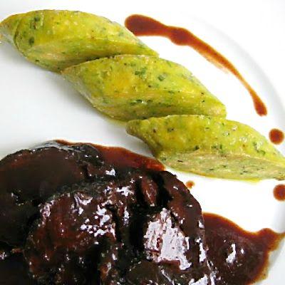 Ochsenbacke in Portwein-Schokoladensauce mit den besten und fluffigsten Serviettenknödeln der Welt | Arthurs Tochter Kocht von Astrid Paul
