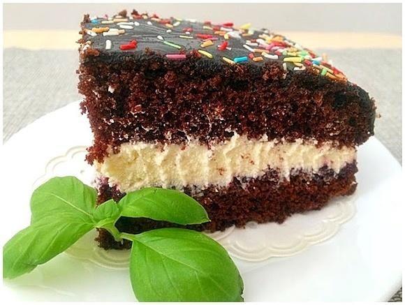 Czarne ciasto z kremem budyniowym