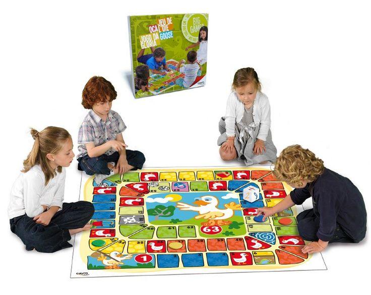 Este juego gigante es fantástico para jugar al aire libre como dentro de casa, por sus materiales resistentes, inofensivos y lavables. Además, los niños se sentirán parte del tablero por su increíble tamaño  de 1 metro cuadrado.