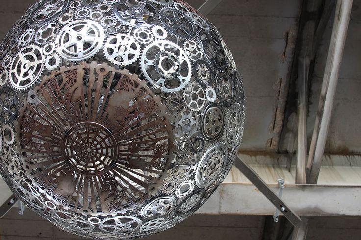 lustes en pieces de velo recyclees 6   Lustres en pièces de vélos recyclés   vélos recyclage plateau pignon photo Joe O'Connell image Blessi...
