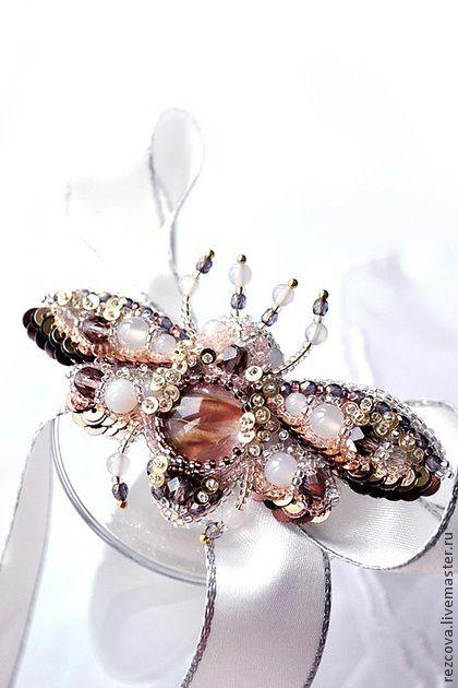Брошь - жук `Cherry`. Небольшая, чудесная брошь-жук 'Cherry' с расширенными крыльями готова к полету :)     Животик из очень красивого камня - Pink Cherry Quartz (розовый вишневый кварц) - камень прозрачный с розовыми и коричневыми полосами.