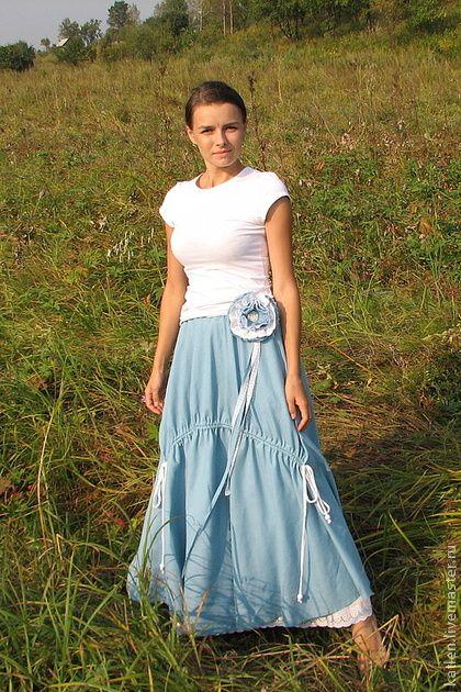 Юбка в пол льняная в стиле бохо. Длинная льняная юбка, приятного голубого цвета, с кулиской, оригинально присбаривающей перед. Украшена съемной брошью и шнурами ручной работы. В комплекте идет нижняя ситцевая юбка, украшенная шитьем по низу.