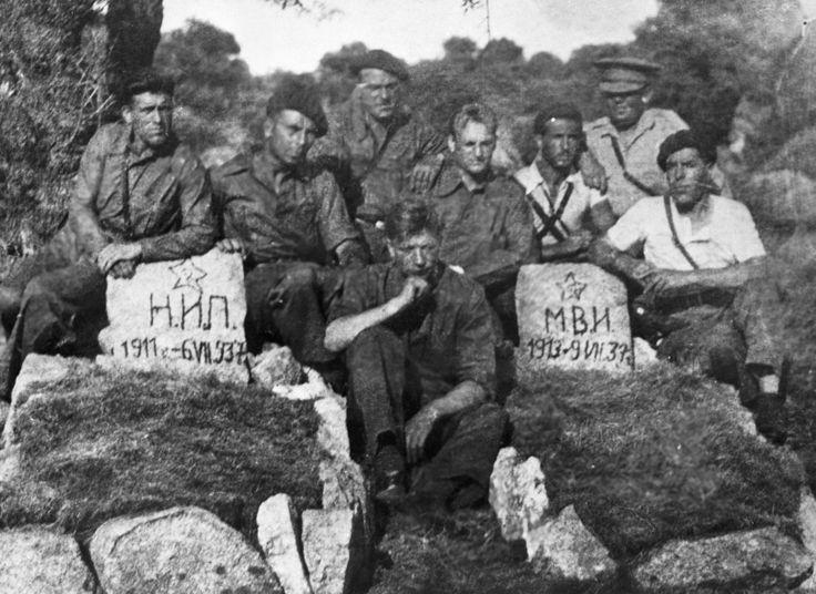 Los operadores de tanques soviéticos al lado de las tumbas de sus compañeros fallecidos durante la guerra civil en España