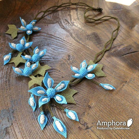 Collana di fiori azzurri