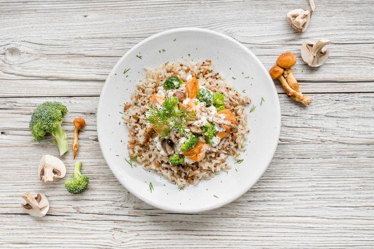 Bruine rijst, spelt en quinoa met zalm, broccoli en champignons - Bosto