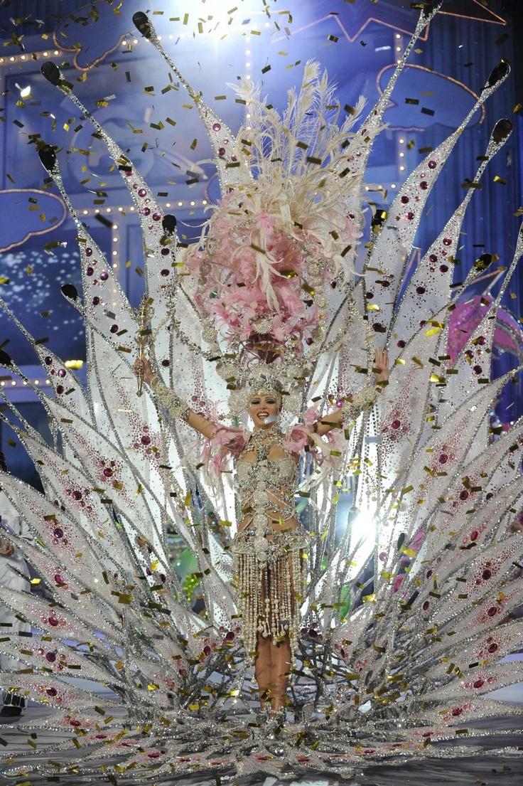 """""""Come with me"""".  El carnaval de Las Palmas de Gran   Canaria Reina del Cómic 2012. Laura Medina, con la fantasía """"Acompáñame"""""""