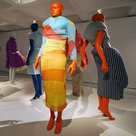 Janek Schaefer, la exposición explora la sensibilidad característica de diseño japonés y su sentido de la belleza encarnada en la ropa.