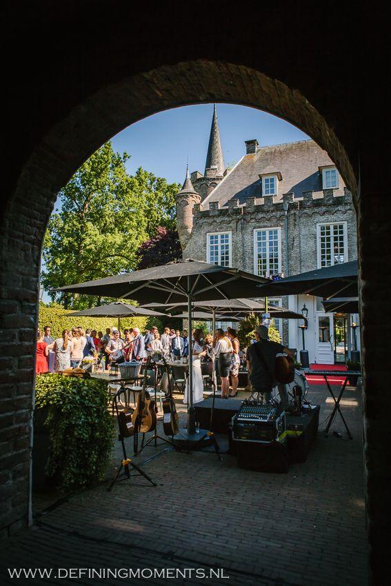 Receptie tijdens bruiloft op binnenplaats van trouwlocatie Kasteel Henkenshage in Sint-Oedenrode, vlakbij Eindhoven.