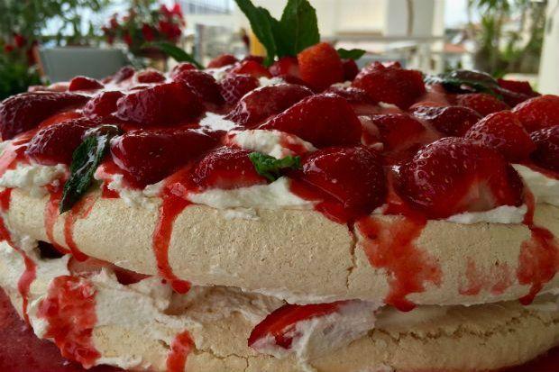 Πάβλοβα της Κικής Τριανταφύλλη Μαρέγκες, κρέμα σαντιγί, φρέσκες φράουλες και σάλτσα φράουλας. Αυτά είναι τα υλικά για το πιο απλό, εύκολο, αιθέριο γλυκό του Πάσχα και της άνοιξης. Τα έχεις έτοιμα στην άκρη και τα συνθέτεις την τελευταία στιγμή για να μείνει τραγανό απ' έξω, τρυφερό και μαστιχωτό από μέσα, όπως πρέπει να είναι η σωστή μαρέγκα.