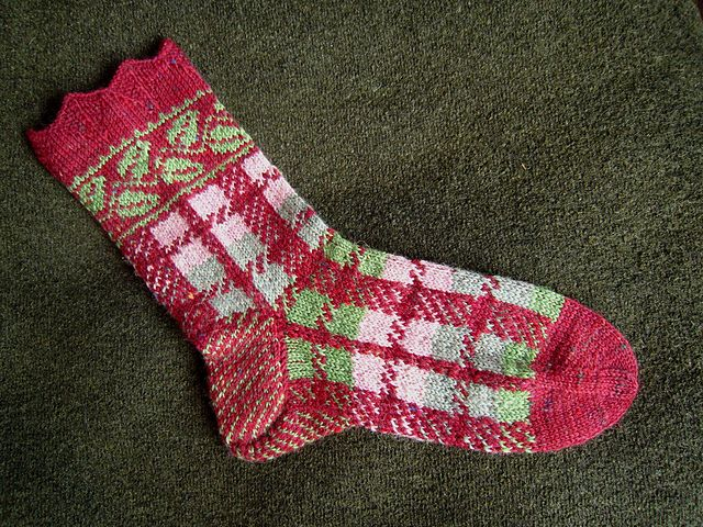 Ravelry: Project Gallery for Socken Blätterkaro pattern by Dela Hausmann